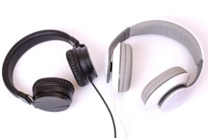 What Is The Difference Between Headset and Headphones?